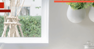 Mostrador de cocina de color blanco muy ordenado con plantas y flores