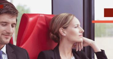 Dos jovenes viajando en tren