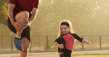 Padre e hijo preparando para correr