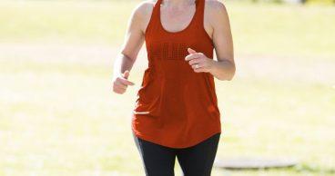Mujer corriendo mientras entrena para una maratón
