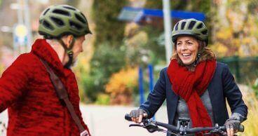 Pareja mayor andando en bicicleta