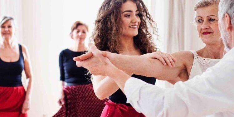 Personas mayores en una clase de baile