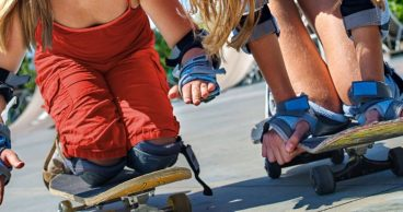 Dos niñas patinando un día de verano