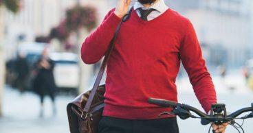 Hombre va en bicicleta a trabajar con jersey rojo