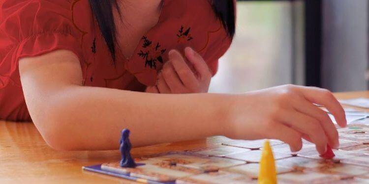 Niña pequeña jugando un juego de mesa