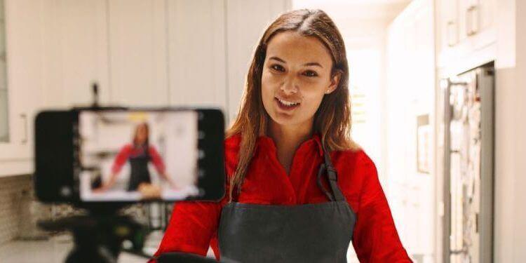 Vloggera cocinando y grabando un vídeo para su canal de comida.jpg