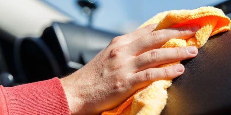 un hombre limpiando el interior de un coche.jpg