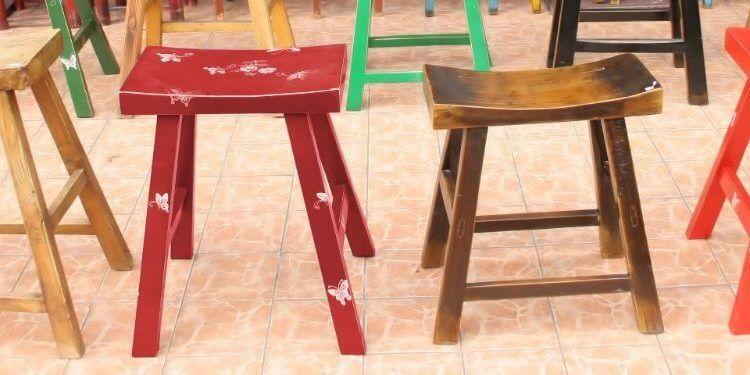 Coloridas sillas antiguas de madera en una zona comercial