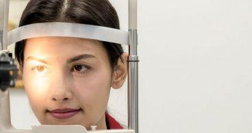 mujer protegiendo su vista en oculista